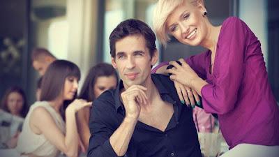 فن الحوار بين الزوجين سر من اسرار الحياة الزوجية السعيدة - زوجان سعداء - happy man and woman couple relationship
