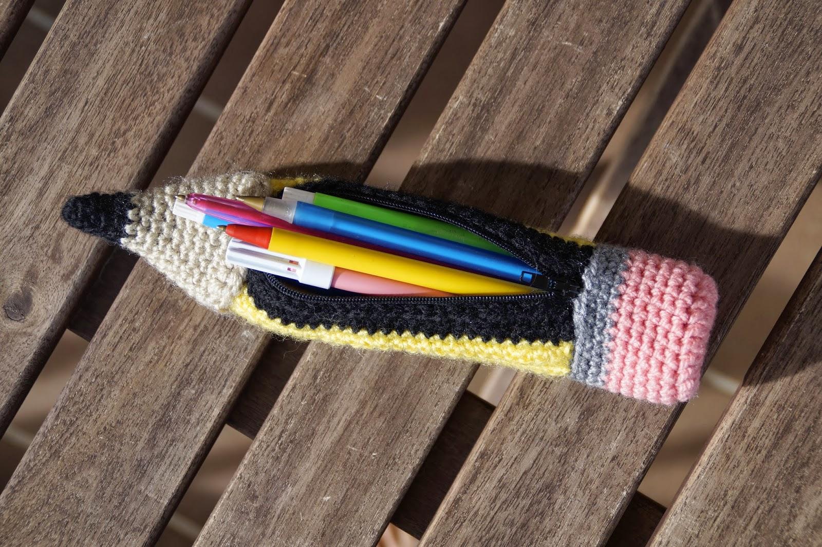 Estuche con forma de lápiz para el colegio de ganchillo