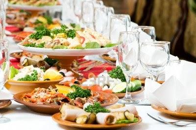 Makanan di atas meja plus minuman di gelas