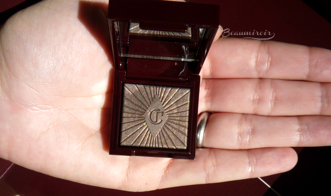 Nocturnal Cat Eyes to Hypnotise eyeshadow: size