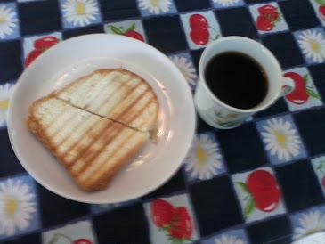 4 dia café com açucar pão comum c/ queijo branco e peito frango