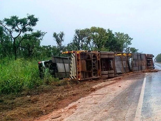 Motorista da carreta que tombou na Bahia, passa bem segundo informa a PRF. (Foto: Palestina/Blog do Sigi Vilares)