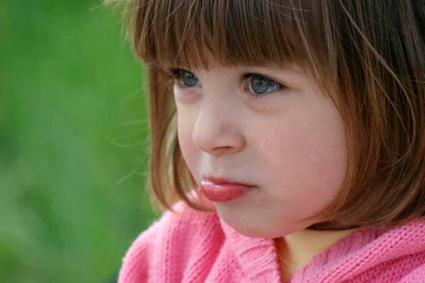 Девочка с нездоровым цветом вокруг рта