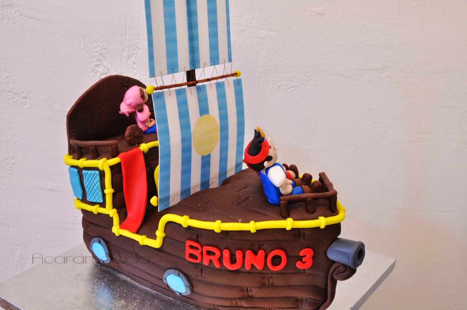 Tarta de fondant de Jake y los piratas de nunca jamas. Barco de bizcocho forrado de fondant con las figuras modeladas en fondant de jake y los piratas de nunca jamás de Disney.