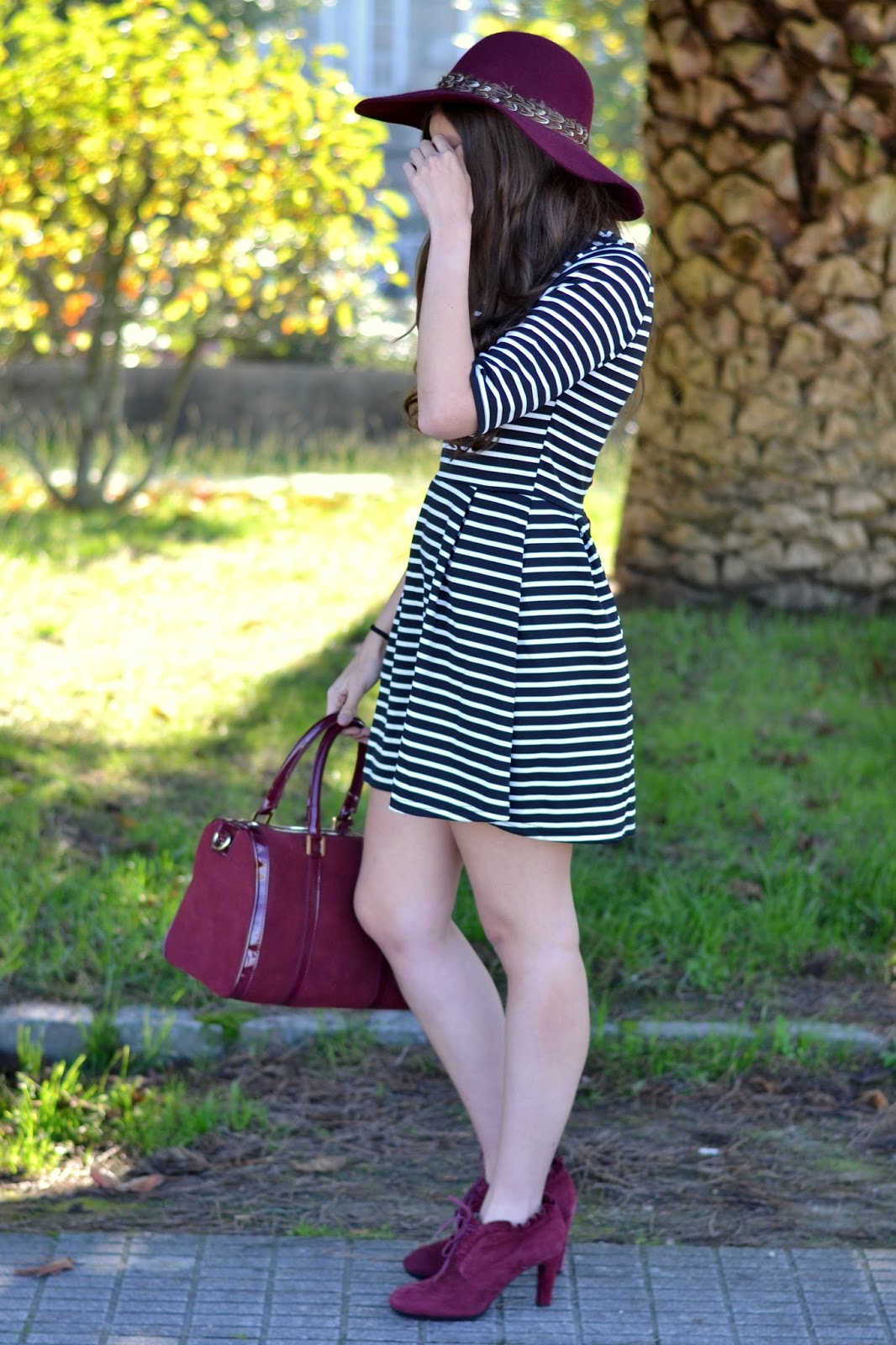 outfits lavand burgundy hat