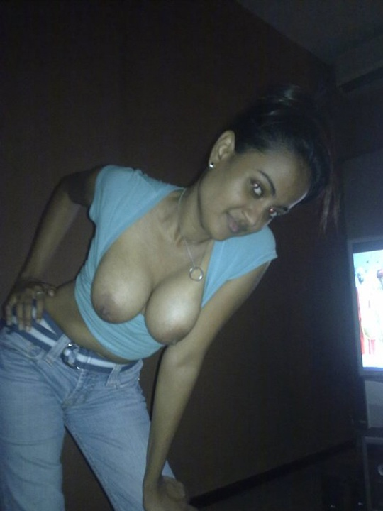 Paki hot babe sakina exposed herself and giving hot blowjobs and