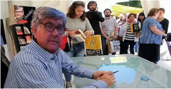 Manrique firmando su novela