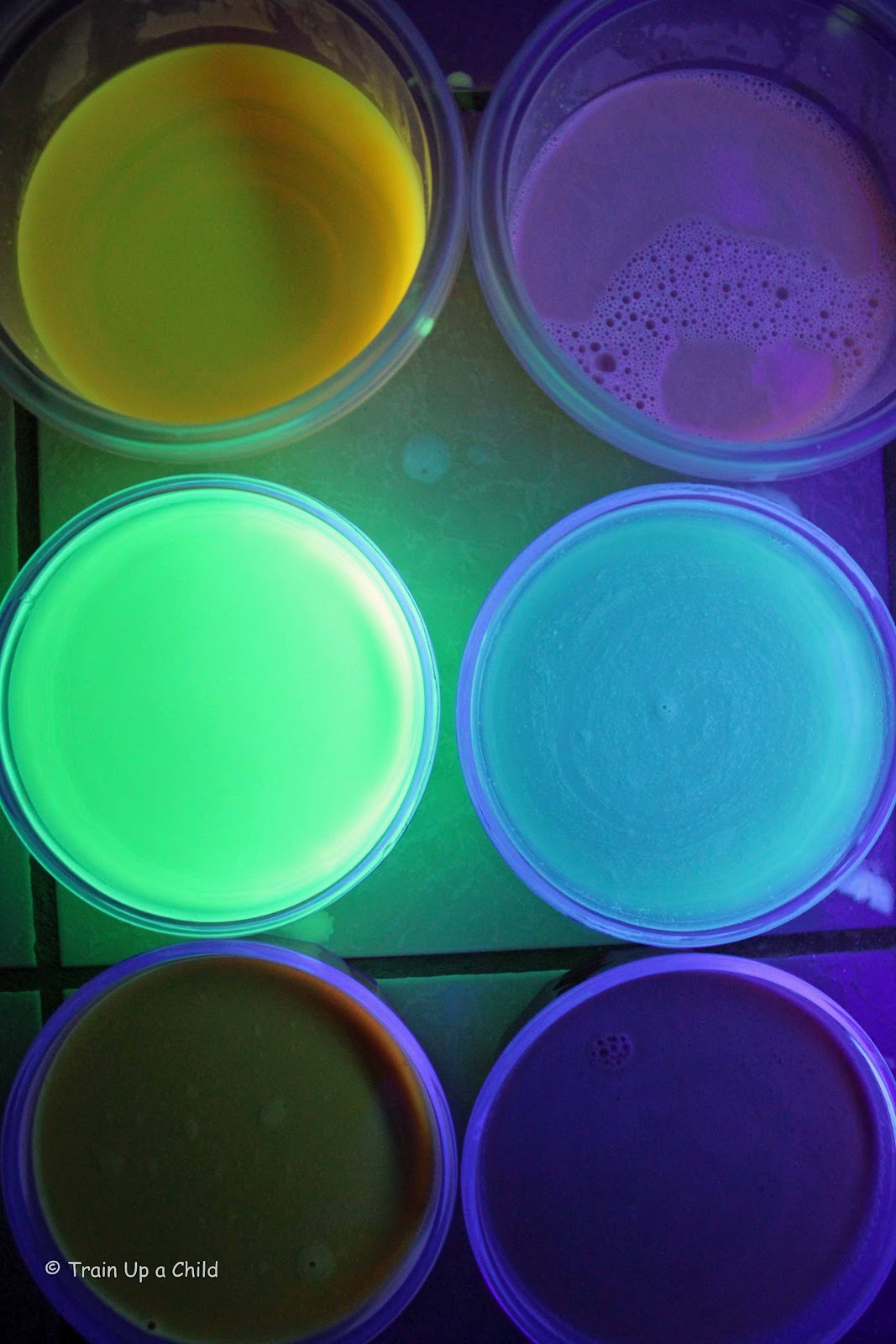 Glowing JELLO Experiment ~ Learn Play Imagine