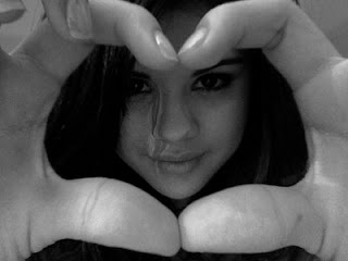 Selena Gmez haciendo un corazn