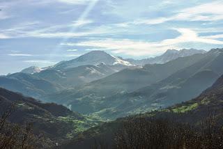 Valle de Quirós, con Peña Rueda al fondo, desde el sendero que conduce a la collada de Aciera