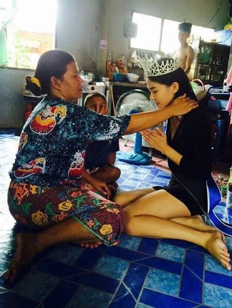 Gambar Miss Thailand Miss Uncensored 2015 dan Ibu Pengutip Sampah