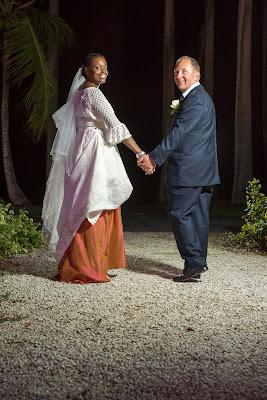 les mariés marchent et s'éloignent, golf de St François en Guadeloupe
