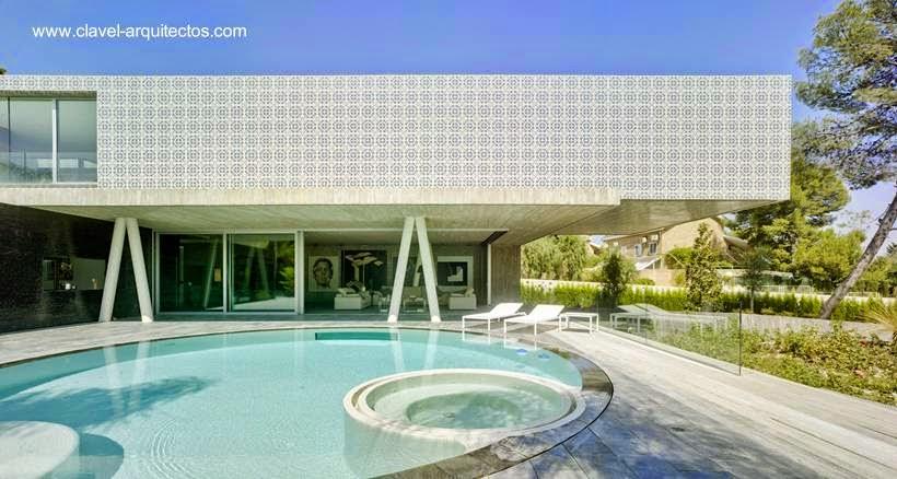 Residencia minimalista elevada en Guadalupe, México