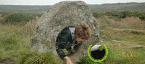 Melewati batu berlubang di Men-an-Tol, Inggris