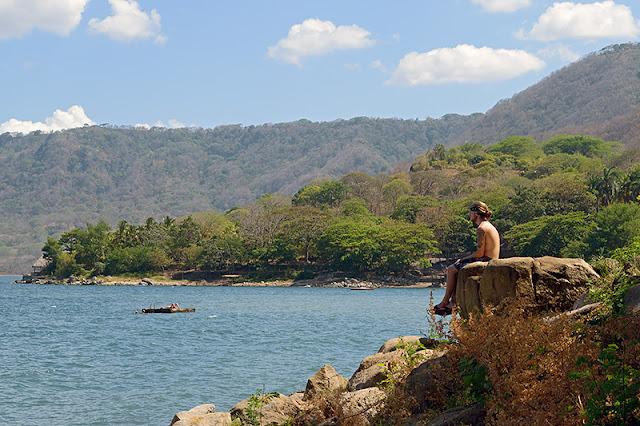 Jeune homme contemplant la lagune d'Apoyo