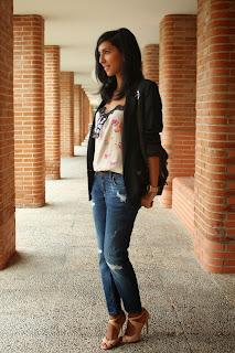 http://4.bp.blogspot.com/-OWz20ZrLEOI/Ukikv2y2ezI/AAAAAAAAILo/egIukcAWkXo/s1600/blazer+negra+con+vaqueros+en+la+oficina+look.JPG
