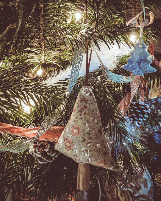 Easy-to-make cinnamon stick tree decoration