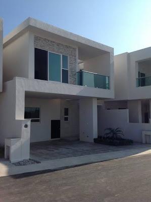 Fachada minimalista con barandal en balcon de acero inoxidable