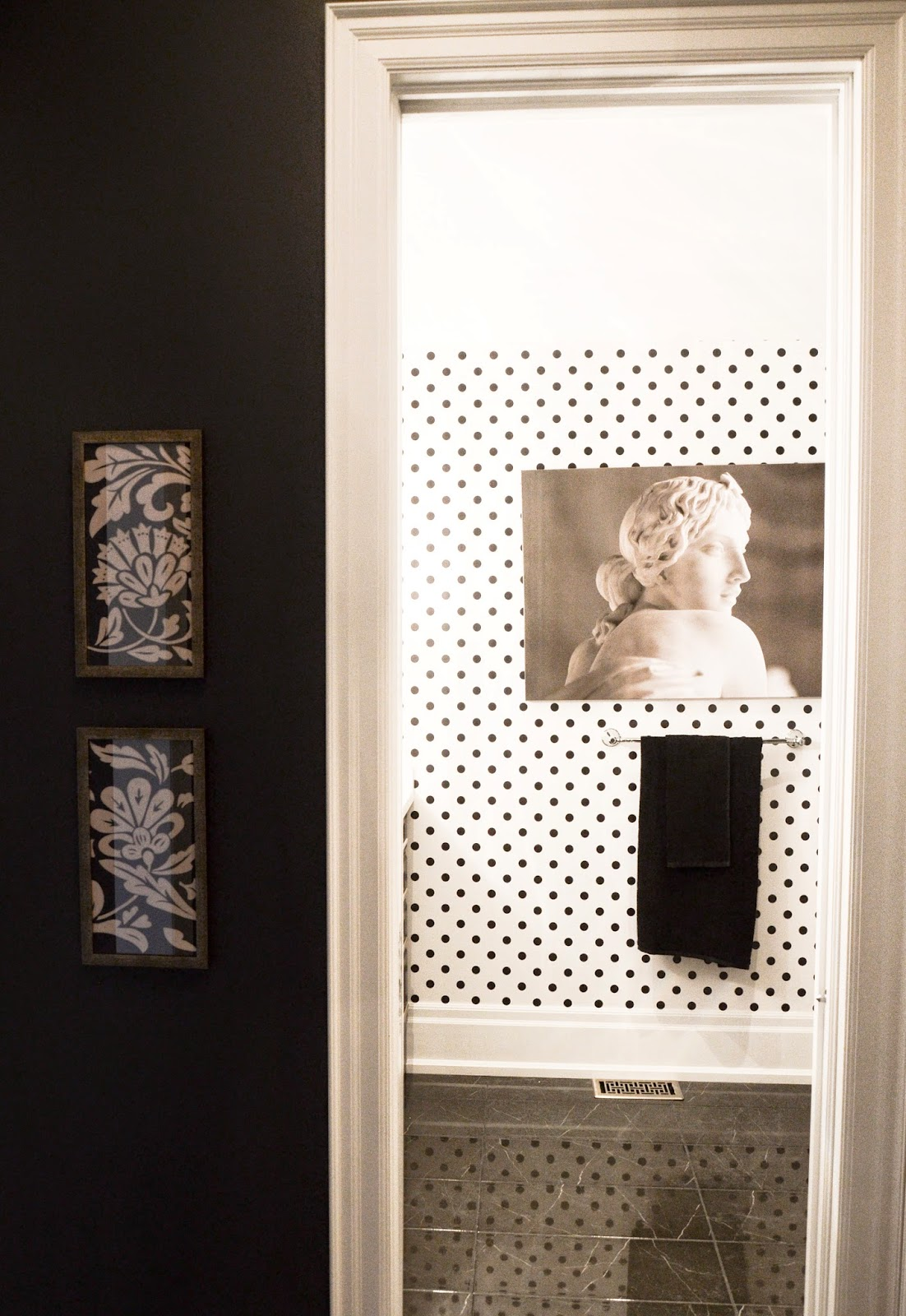 PMLOTTO KLEINBURG SHOWROOM: Polkadot wall paper in the bathroom