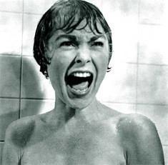 niño gritando en la ducha