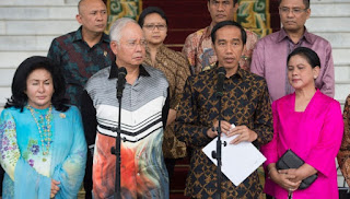 Foto Kebaya Kutu Baru Bahan Dobi Iriana vs Busana Kurung Melayu