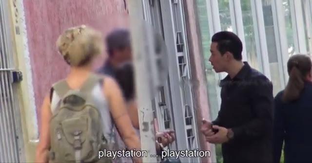 Chinês querendo vender Playstation do camelô ao policial
