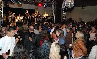 Servidores dançam ao som da banda Alquimista
