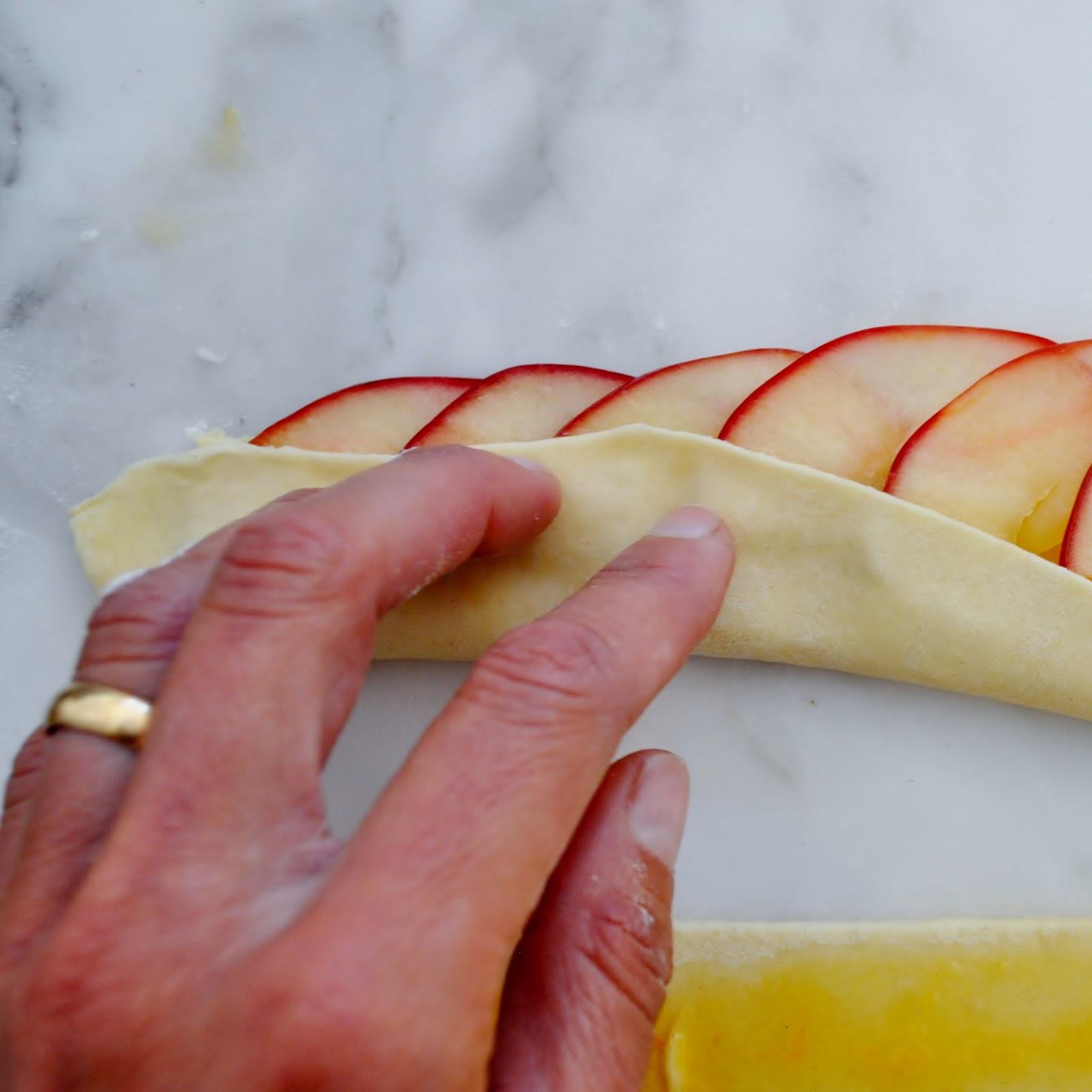 Яблоки в слоеном тесте в духовке рецепт