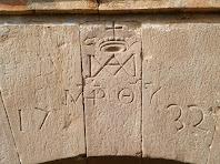 Dovelles gravades amb la data de 1732 a la porta de Ca l'Ajut