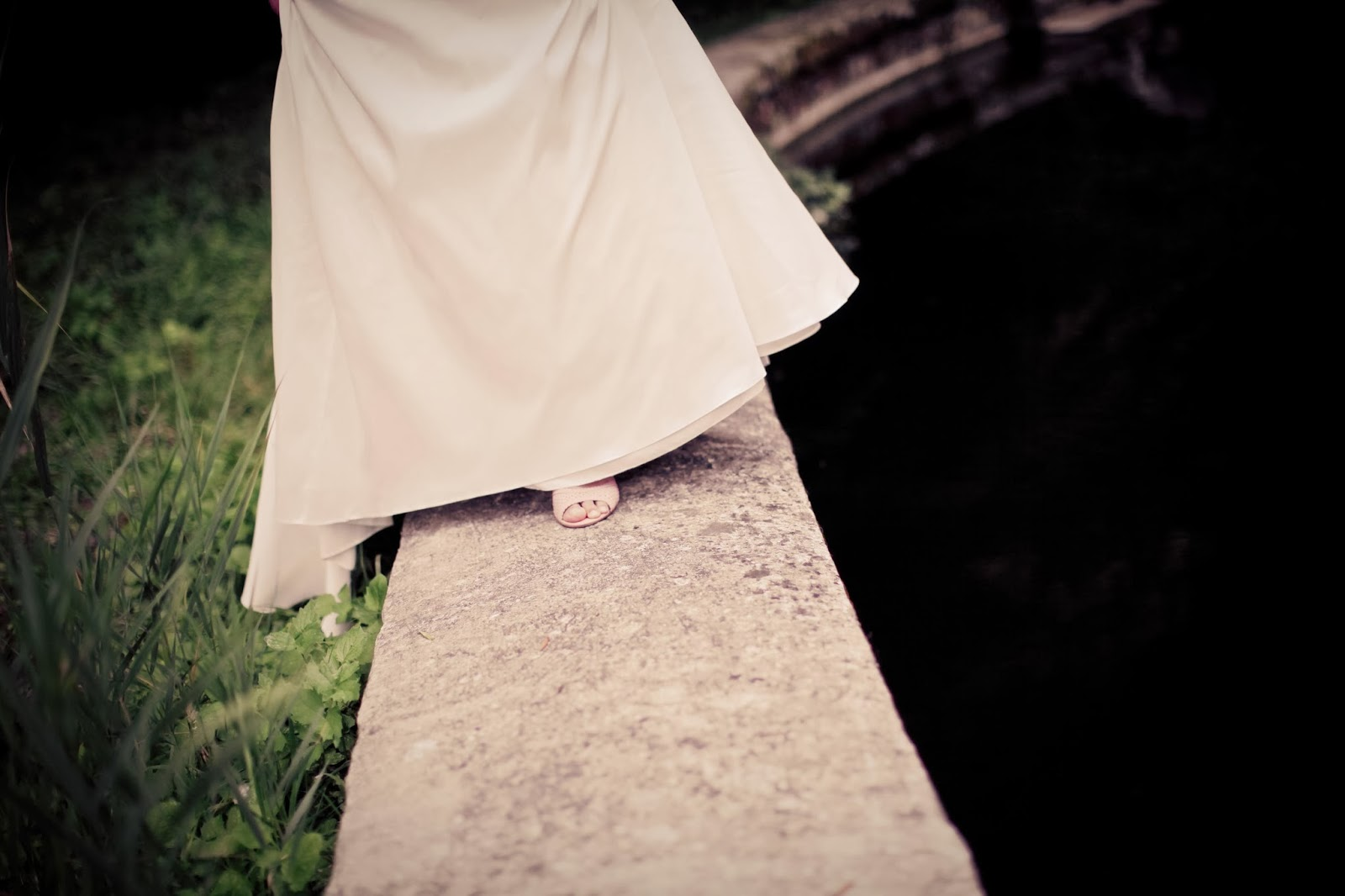 the bride walking next to the lake - wedding photography by Elisabeth Perotin