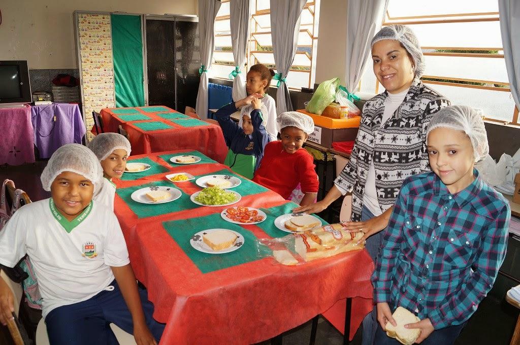 Manusear e aprender a preparar seus próprios alimentos foi uma das atividades desenvolvidas na Escola Municipal Professora Irene Sant´ana