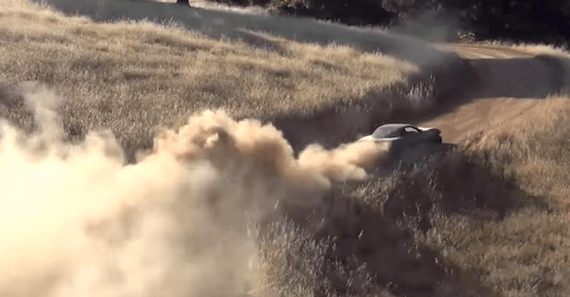 【動画】無謀すぎ!「シボレー・コルベット」のラリー能力を未舗装の道路でテスト