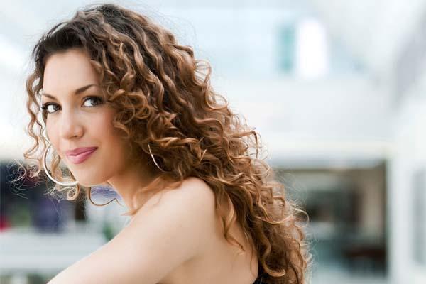 Qual técnica de tratamento é a melhor para cabelos crespos no verão?