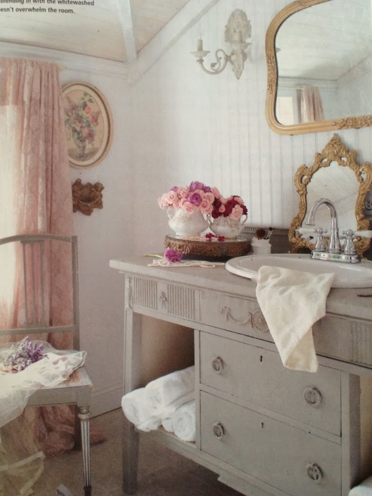 Eye for design decorating vintage cottage style interiors for Small romantic bathroom ideas