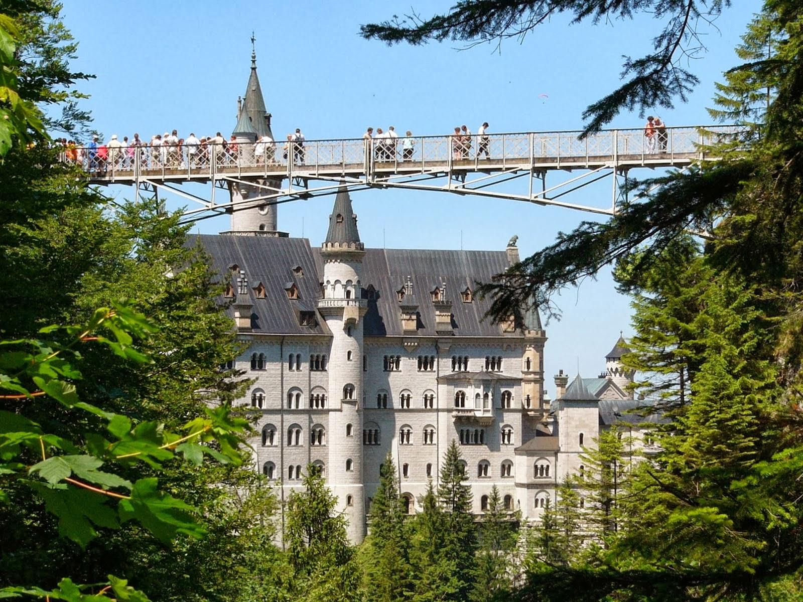 crowds マリエン橋(-ばし、標準ドイツ語: Marienbrücke) Maria's bridge hohenschwangau