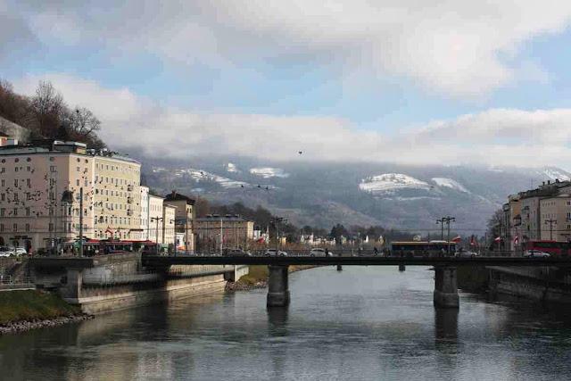 Die verschneiten Berge erheben sich über Salzburg und der Salzach © Copyright Monika Fuchs, TravelWorldOnline