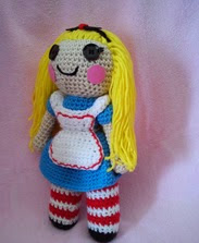 http://translate.googleusercontent.com/translate_c?depth=1&hl=es&rurl=translate.google.es&sl=en&tl=es&u=http://bookpeoplestudio.wordpress.com/2013/02/01/free-alice-in-wonderland-crochet-doll-pattern/&usg=ALkJrhgexz_mLih9c-EiO_sFFzilThwQFg