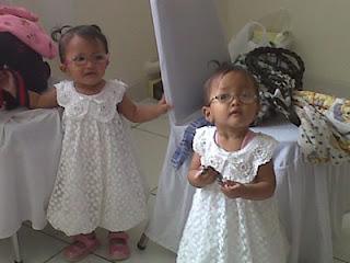 foto lucu bayi perempuan kembar