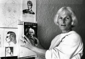 Carole Austen examina un dibujo del ser extraterrestre Ashtar.