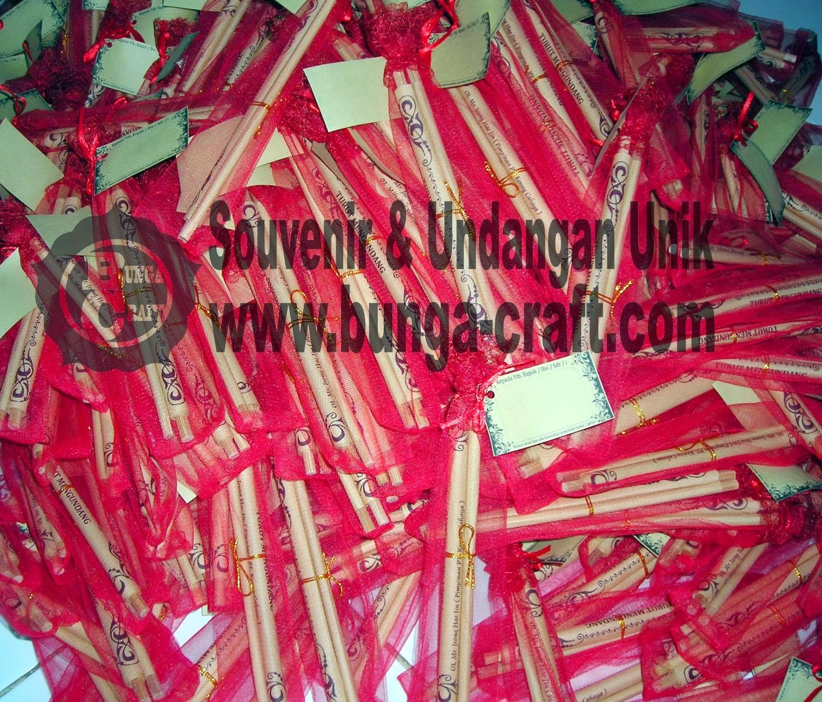 http://www.bunga-craft.com/2013/06/undangan-gulung-hemat.html