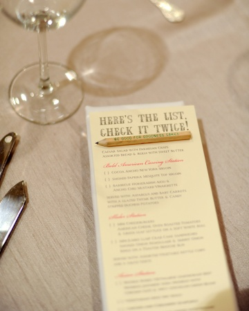 Menú presentado sobre mesa con lápiz