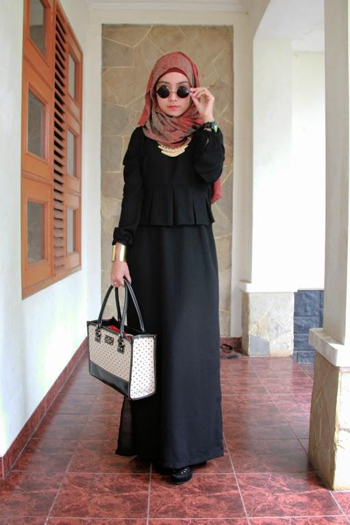 Kombinasi hijab warna hitam yang misterius nan elegan