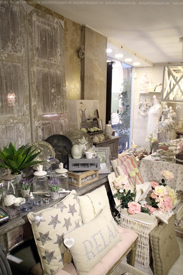 Blick auf eine Bank mit Kissen vor einer Kommode mit Wohnaccessoires