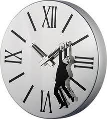 ¿Por qué...? Las agujas del reloj giran hacia la derecha...