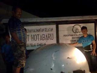 Sebuah benda berwarna pututih yang di duga sebagai moncong pesawat AirAsia Qz8501 di temukan di pulau sembilan Kalimantan selatan benda