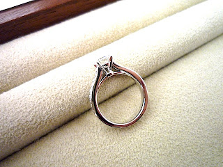 横姿のデザインにも拘ったフルオーダーエンゲージリング(婚約指輪)です。