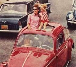 Propaganda do Fusca nos anos 60 com uma criança no teto do carro em movimento.