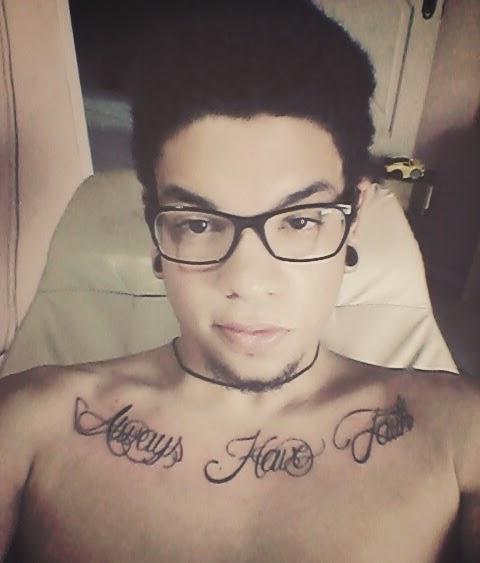 david alves mendes, tatuagem, tatuagem peitoral, tatuagem hipster, tatuagem escrita