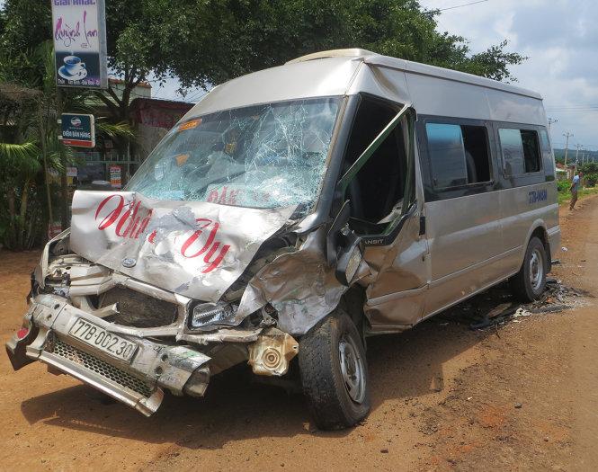 Gia Lai: Hai ôtô nát bét sau va chạm, 6 người thương vong