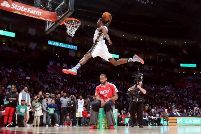 Баскетболист Джереми Эванс и абсолютно спокойный Данте Джонс на Конкурсе NBA по броскам сверху. Февраль 2013 года.